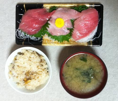 あさりの炊き込みご飯 &本マグロ刺身&ワカメの味噌汁.JPG