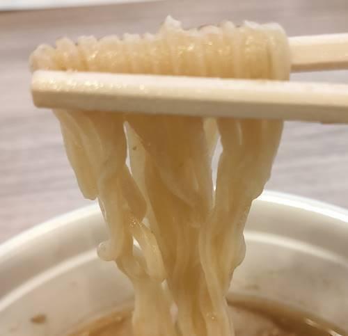 かっぱ寿司 かっぱ寿司 札幌味噌拉麺専門店 けやき 味噌バターコーンラーメン 麺.jpg
