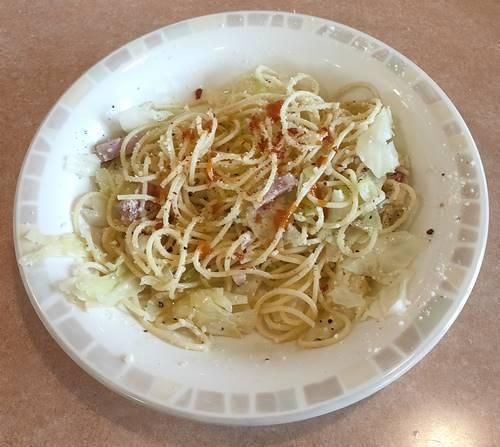 サイゼリヤ ランチ キャベツとまろやか卵のスパゲッティ チリソース&唐辛子フレーク.jpg