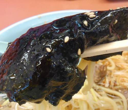 山岡家 塩ピリ辛ネギラーメン 海苔巻き麺.JPG
