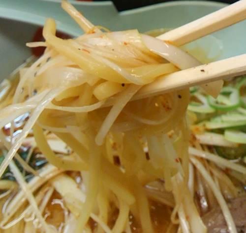 山岡家 醤油ピリ辛ネギラーメン 麺&ピリ辛ネギ.JPG