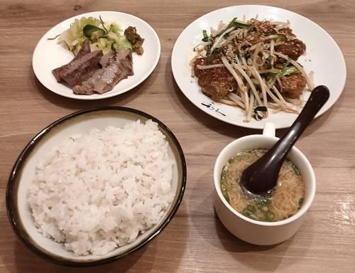 牛たん利休 レバー炒め、仔牛の牛たん定食.jpg